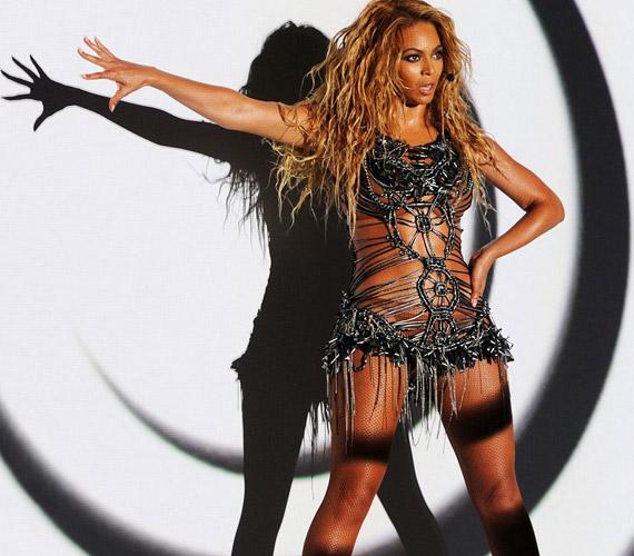 Beyoncé ruhája nem nagyon takart el semmit, de így is jól nézett ki.