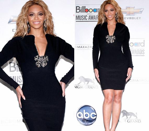 A sajtókonferenciára Beyoncé azért egy szolidabb kis feketébe bújt.