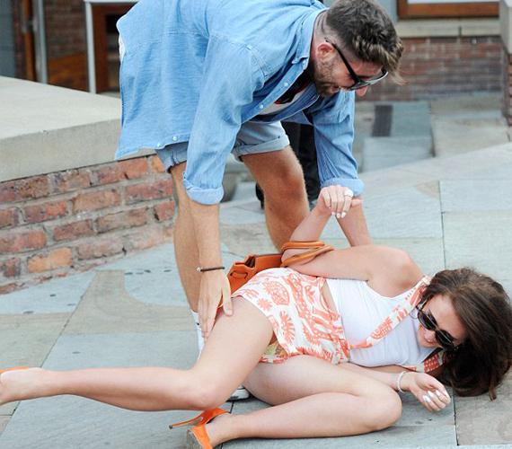 Charlotte Dawsonnak is a magassarkú okozott kellemetlen pillanatokat, amikor az utca kellős közepén vágódott hasra.