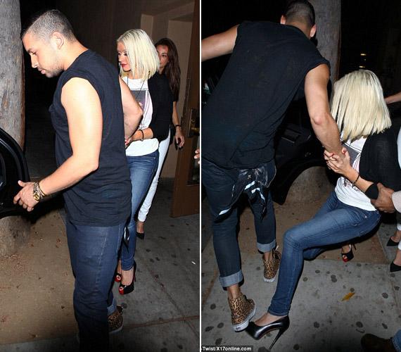 Christina Aguilera egy hatalmasat esett a lesifotósok előtt, cipőjének óriási sarka, a szemébe villogó vakuk és természetesen az elfogyasztott alkohol is közrejátszott abban, hogy az énekesnő elvesztette az egyensúlyát.