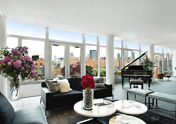 A faltól falig érő ablakokon rengeteg fény árad be a lakásba.