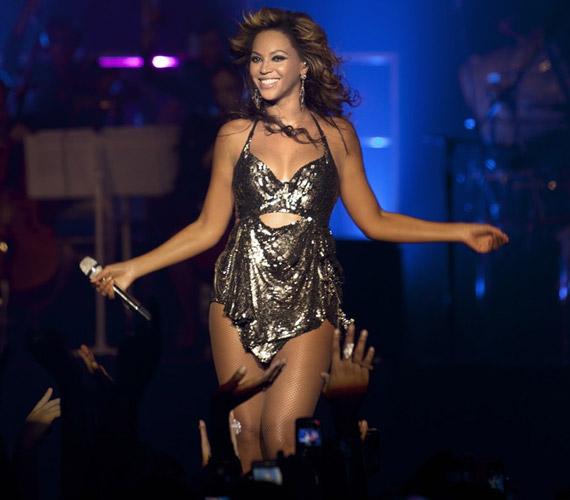 Dögös megjelenése mellett jellegzetes csípőmozgásával kápráztatta el a New York-i Roseland Ballroom közönségét.