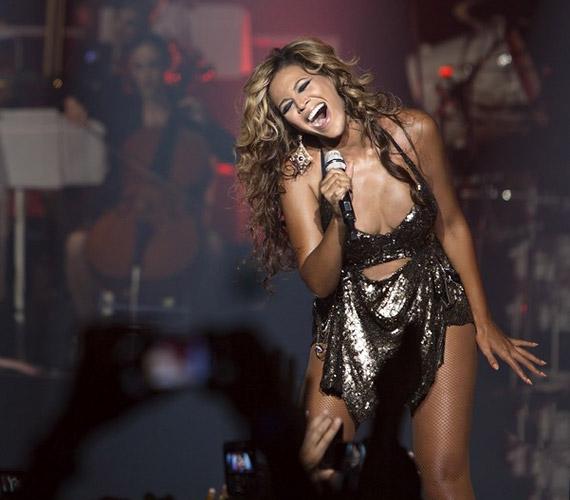 Az 1981-es születésű, Grammy-díjas énekesnő egy fürdőruhára emlékeztető, szexi ezüstös ruhában lépett a színpadra.