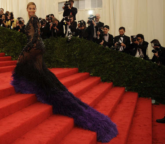 A fekete-lila ruha sokak szerint úgy nézett ki, mintha a nappali függönyét és a fürdőszoba kilépőjét vegyítették volna.