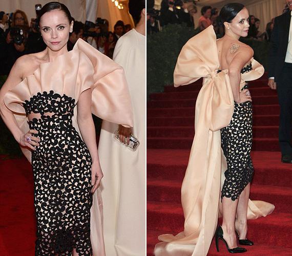 Christina Ricci színésznő ruhája, mint egy hatalmas masnival átkötött giccs.