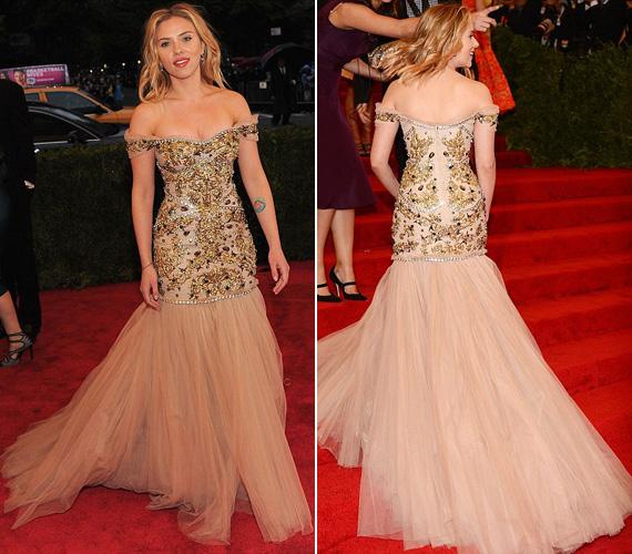 Scarlett Johansson egy csodálatos Dolce and Gabbana estélyiben lépett a vörös szőnyegre. A színválasztás azonban nem volt számára előnyös, sápasztotta.