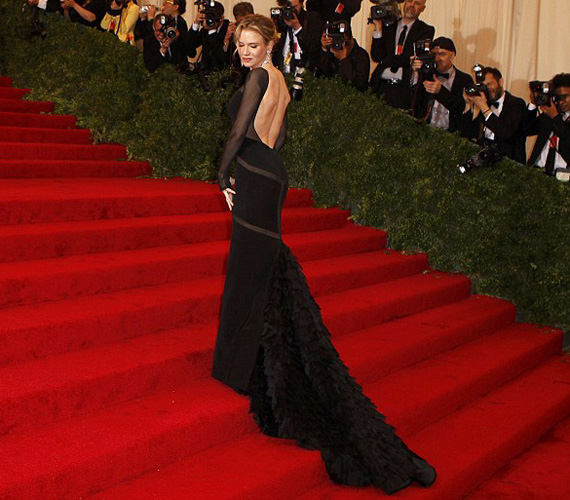 Bár Renee Zellweger fekete Pucci estélyi ruhája is hasonló volt, arról sugárzott a stílus és az elegancia.