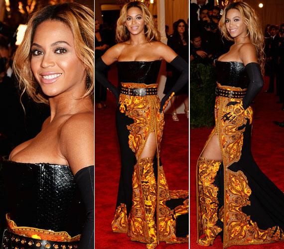 Beyoncé fekete, arany mintás Givenchy ruhájának mintha egy számmal kisebb lett volna a fűzője, mint amekkorát az énekesnő keblei megkívántak. A combját sem takargatta, bár ezt nehezen lehetett észrevenni, hiszen a csizmája szinte egybeolvadt a ruhájával.