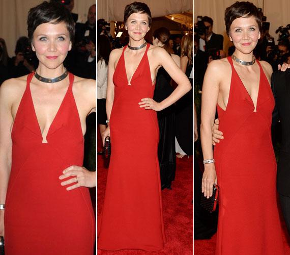 Maggie Gyllenhaaltól nem szoktuk meg, hogy merész dekoltázzsal mutatkozna - most kivételt tett. A 35 éves színésznő a piros Calvin Klein kreációhoz egy figyelemfelkeltő Bulgari nyakéket választott.