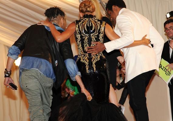 Az énekesnő a 2011-es MET-gálára olyan szűk ruhát húzott, hogy egyedül, segítség nélkül meg sem bírt mozdulni benne.