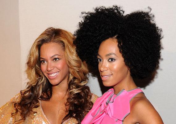 Beyoncé és húga ezen a fotón még boldogan mosolyognak egymás mellett. Szomorú, ha a testvérek közötti rivalizálás idáig fajul, reméljük, a két énekesnő hamarosan megbékél egymással.