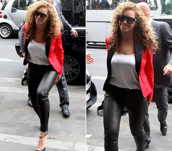 Az énekesnő bátran visel feszes, fekete bőrnadrágot is, amelyhez a képen lezser, fehér felsőt és csinos, fekete-vörös kosztümfelsőt párosított. Megjelenését szexi tűsarkú szandállal koronázta meg.