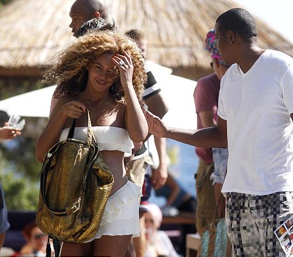 A boldog apában máris feltámadt a védelmezőösztön, Jay-Z még a széltől is óvja várandós nejét.