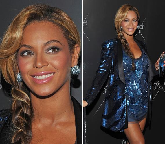 A blézer és a szexis ruha Roberto Cavalli tervezése, nem kizárt, hogy Beyoncé olaszországi vakációján szerezte be a dögös szettet.