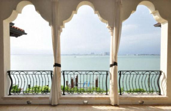 A ház adottságai a lehető legjobbak: exkluzív környéken, közvetlenül a tengerparton épült.