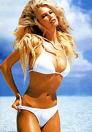 Claudia Schiffer vakító fehérben