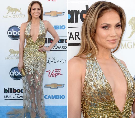 Jennifer Lopez egy merész dekoltázsú, arany Zuhair Murad ruhát választott az eseményre.
