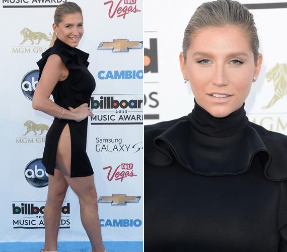 Kesha sem erőltette meg magát, az énekesnő már fehérneműt sem vett fel mélyen kivágott ruhájához.