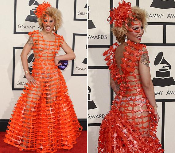 Joy Villa úgy tűnik, az újrahasznosítás híve, ruhája olyan, mintha szemétből készítették volna.