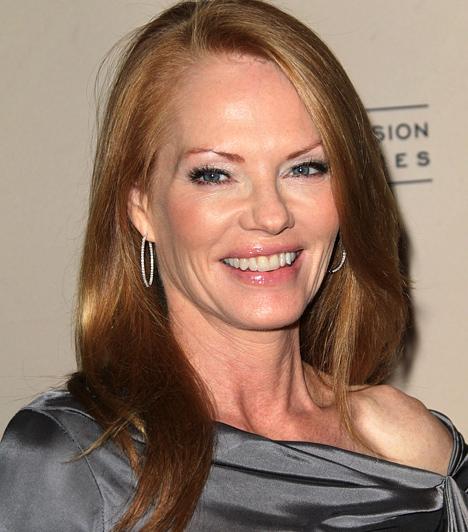 Marg Helgenberger  Bár a Helyszínelők sorozatokban nem egy csinos szereplő felbukkan epizódszereplőként, azért a Katherine Willows-t megszemélyesítő Marg Helgenberger biztos pont a CSI történetében. Az 1958-ban született színésznő 2000-ben, 42 évesen került az eredeti, Las Vegasban játszódó szériába, és azóta is rendületlenül helyszínel. Sőt, egyre jobban néz ki.  Kapcsolódó cikk: Szeplős és szexi! 52 évét bikiniben is vállalja A helyszínelők színésznője »