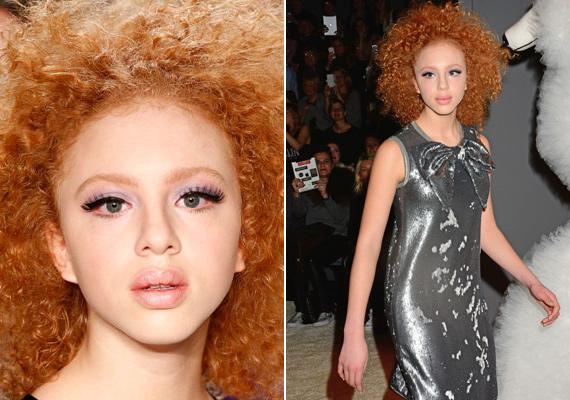 A divathéten a sminkeseknek köszönhetően valóban úgy festett, mint egy porcelánbaba. Természetes, vöröses hajszínét még jobban kiemelték a kifutón.