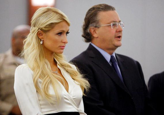 Paris Hiltont még 2007 februárjában tartóztatták le ittas vezetésért. Mivel akkor már volt egy felfüggesztett börtönbüntetése, a bíróság 45 napig tartó elzárásra ítélte. Végül a Hilton szállodalánc örökösnője jó magaviselet miatt 23 nap után szabadulhatott a kaliforniai lynwoodi börtönből.