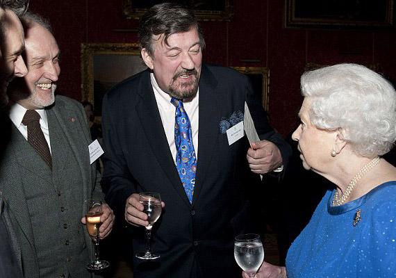 Stephen Fry a könyvével robbantott ki botrányt, ugyanis abban részletezte, hol is fogyasztott drogot. A komikus őszintén bevallotta azt is, hogy amikor II. Erzsébet királynőnél tett látogatást, annyira be volt nyomva, hogy jószerével semmire sem emlékszik.