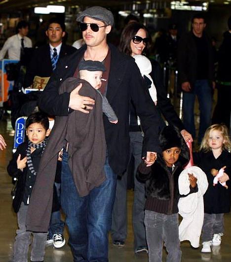 Hat gyerkőcük van  Brangelináék népes családjukkal - habár nem házasodtak össze, hat gyermeket nevelnek, három örökbe fogadott és három saját csöppséget.  Kapcsolódó cikk: Ritka pillanat! Angelina Jolie, ahogy csak kevesen láthatták »