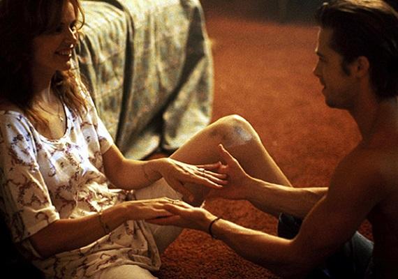 Pletyka szintjén emlegetik a Geena Davishez fűződő szerelmet, amely a Thelma és Louise forgatásának idején szövődött 1990-ben. Az akkora már ismert, és Bradnél nyolc évvel idősebb színésznő szerint Pitt szexuális kisugárzása senkit nem hagyott hidegen.