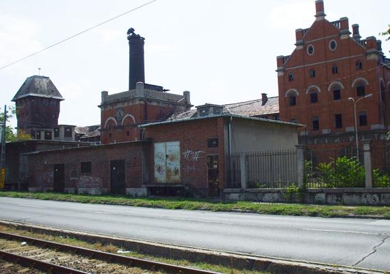 Azért esett a választás a zegzugos, lepusztult gyárépületre, mert bár karakteres, nem lehet felismerni vagy beazonosítani.
