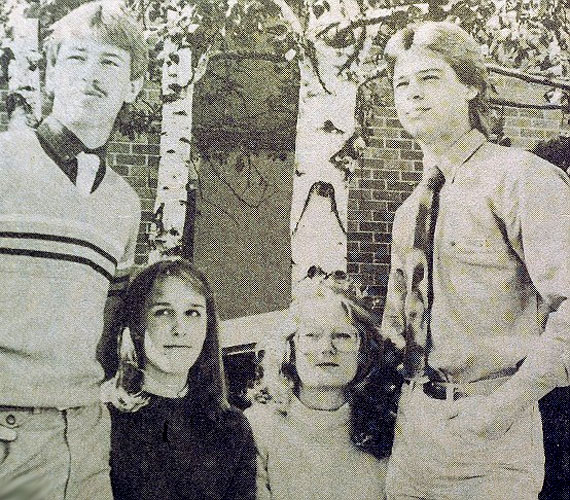 Egy helyi újságból kivágott kép 1981-ből, Brad a jobb oldalon látható.