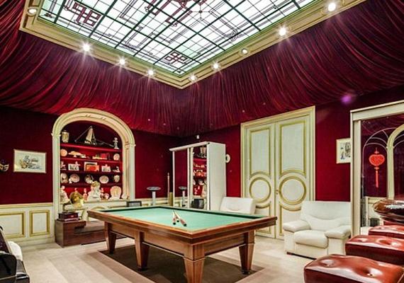 A lakásból nem hiányozhat a játszószoba sem, természetesen biliárdasztallal.
