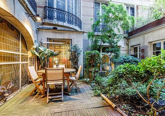Párizs közepén egy meghitt oázist ölel körbe a ház.