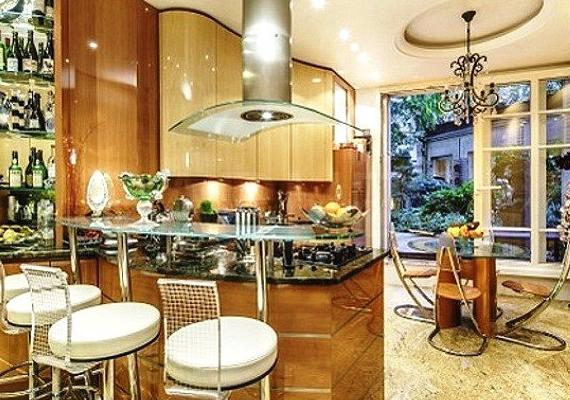 A lakás tele van márvánnyal, a padló és a tartóoszlopok is abból készültek.