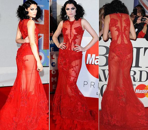 Az énekesnő ruhája elől-hátul átlátszott.