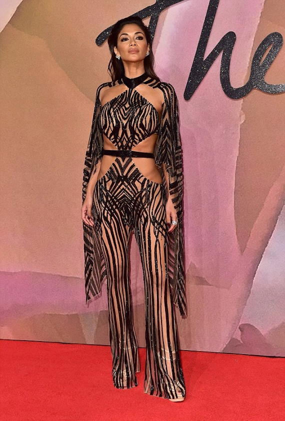Nicole Scherzinger nem sokat bízott a fantáziára ebben a pucérruhában, ami alá fehérnemű sem dukál természetesen.