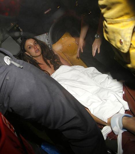 Mentő vitte el  2008 januárjában Britney bezárkózott Jayden fiával, mivel nem akarta visszaadni őt Federline-nak, holott a bíróság korábban a volt férjnél helyezte el a gyerekeket. A helyszínre érkező mentősök lekötözve szállították el a zavarodott énekesnőt.