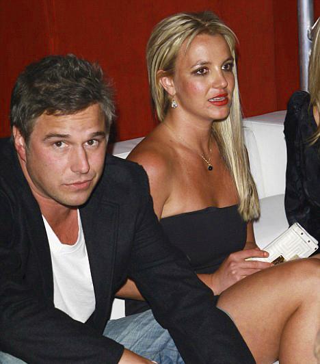 Talpraállás  Britney-nek sikerült az elvonók és pszichiátria után talpraállnia, amiben nagy szerepet játszott új kedvese, Jason Trawick törődése és figyelme. Trawick korábban az énekesnő ügynökeként dolgozott, és 2009 júniusában jöttek össze.