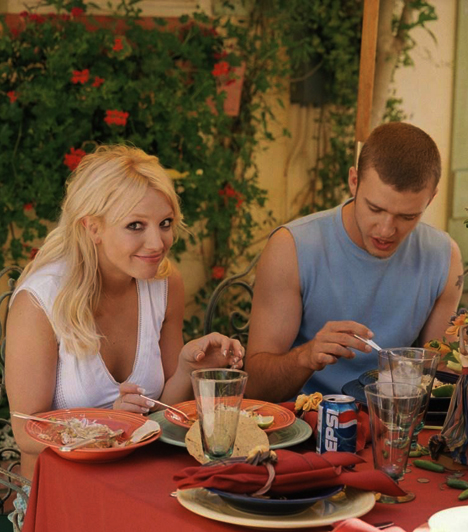 Justin Timberlake-kel  Az énekesnő 2000-ben kezdett járni Justin Timberlake-kel. A sztárpár az MTV Video Music Awards díjkiosztó gáláján jelent meg először együtt a nyilvánosság előtt, ahol Britney elénekelte második lemezéről az Oops!...I Did It Again és a Satisfaction című slágereinek egybemixelt verzióját.  Kapcsolódó sztárlexikon: Ilyen volt, ilyen lett: Justin Timberlake »