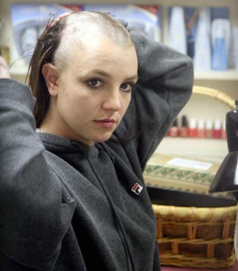 A mélypont  A popcsillag 2006 novemberében jelentette be, hogy elválik Federline-tól. Az elkövetkező hónapokban nemcsak karrierje, hanem magánélete is teljesen összeomlott. A mélypontra 2007 februárjában jutott, amikor egy tetoválószalonban váratlanul kopaszra borotválta a fejét. Másfél órát tartózkodott a helyiségben, ahol néhány tetoválást is csináltatott a nyakára.