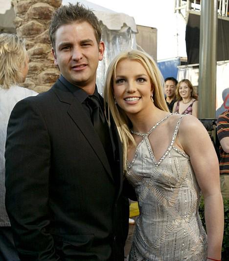 Bátyjával  Britney Spears bátyja, Bryan esküvőjén 2009 januárjában. A legidősebb Spears-gyerek testvéreivel ellentétben kerüli a nyilvánosságot, és producerként dolgozik.  Kapcsolódó cikk: Fotók! Britney Spears 56 éves anyja dögösebb fürdőruhában, mint a lánya »