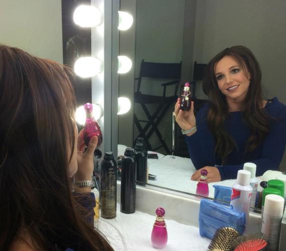 Új parfümjét reklámozza, immár barna hajjal.