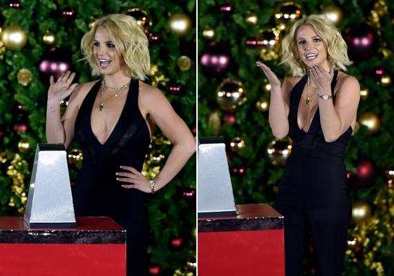 Britney Spears úgy zsongott a kivilágított fenyőfa alatt, mint egy lelkes kisgyerek.