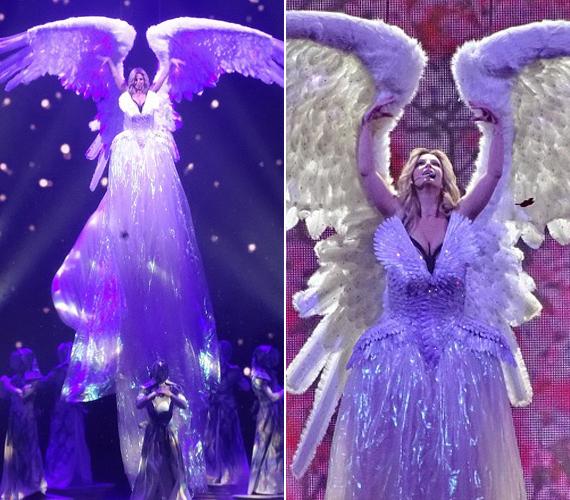 Még angyalként is megjelenik a színpadon.
