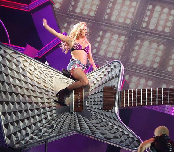 A nagyszabású show egyik jelenetében a ledér farmerlánynak öltözött Spears egy gigantikus gitáron lovagol, mint Daisy Duke a rodeóbikán.