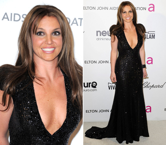Az Elton John AIDS Foundation Academy Awards Viewing Partyn Britney Spears egy, a kebleit részben fedetlenül hagyó, csillogó, fekete Michael Cinco estélyiben fotózkodott.