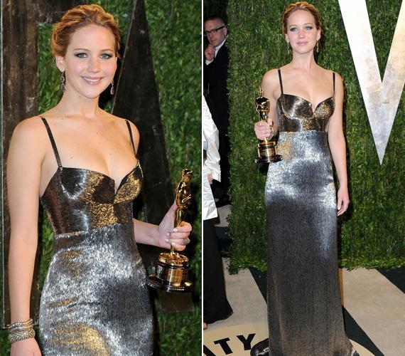 Miután átvette Oscar-díját, a Vanity Fair rendezvényére Jennifer Lawrence szintén ledérebbre lecserélte estélyi ruháját, de a Calvin Klein kreációval is megmaradt stílusosnak.