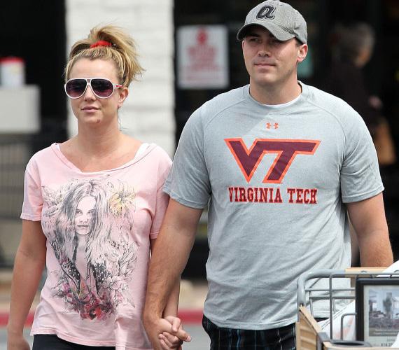 Britney Spears és David Lucado 2013 márciusában jöttek össze, mindössze két hónappal az után, hogy az énekesnő és Jason Trawick felbontották eljegyzésüket. Az Instagramon aktív életet élő sztár a nyár elején több közös szelfit is posztolt kedvesével.