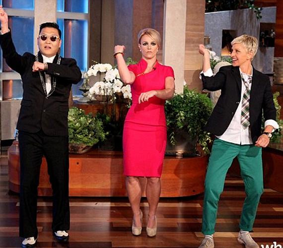 A napokban az Ellen Degeneres show vendége volt, ahol egy pink ruhát viselt. A nőies, cipzáros darabban sokkal csinosabb volt.