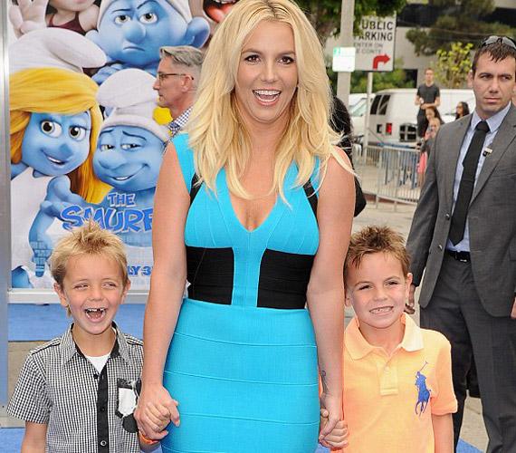A képen két fiával, a hétéves Jayden James Federline-nal és a nyolcéves Sean Preston Federline-nal látható.